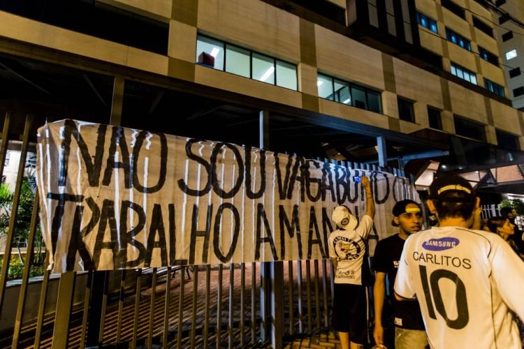 Torcedores organizados do Corinthians fazem protesto na frente da Federação Paulista (Adriano Vizoni/Folhapress)