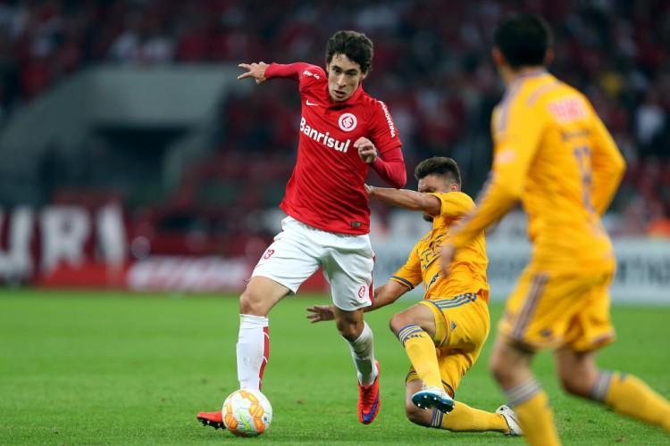 Rodrigo Dourado (esq.) em ação pelo Inter (Crédito: Jefferson Bernardes/AFP)