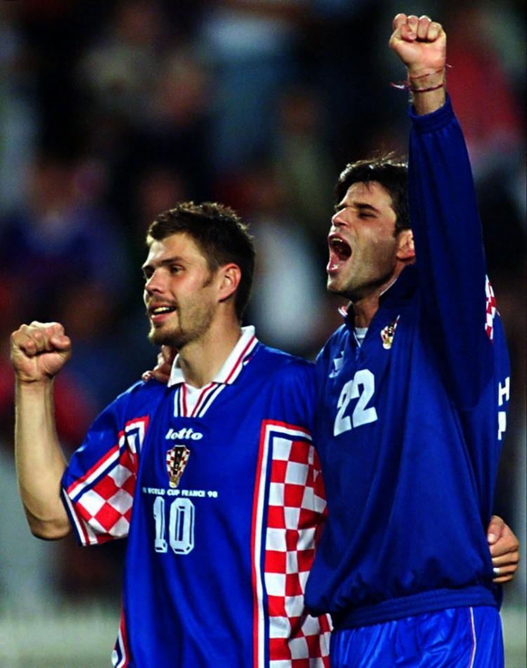 Boban, o camisa 10 (à esquerda), comemora com Asanovic o terceiro lugar na Copa-1998 (Crédito: Patrick Hertzog - 11.jul.1998/AFP