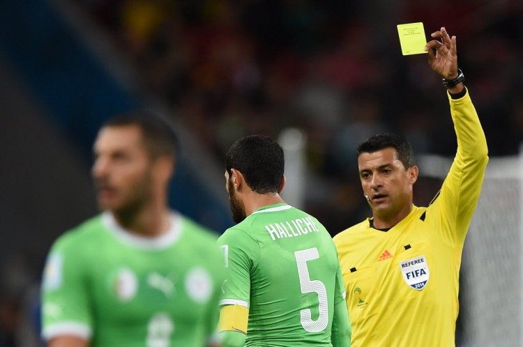 Sandro Meira Ricci em ação na partida entre Alemanha e Argélia, na Copa-2014 (Crédito: Kirill Kudryavtsev - 30.jun.2014/AFP)